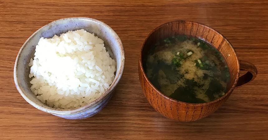 写真:あきさんの台所のご飯とお味噌汁