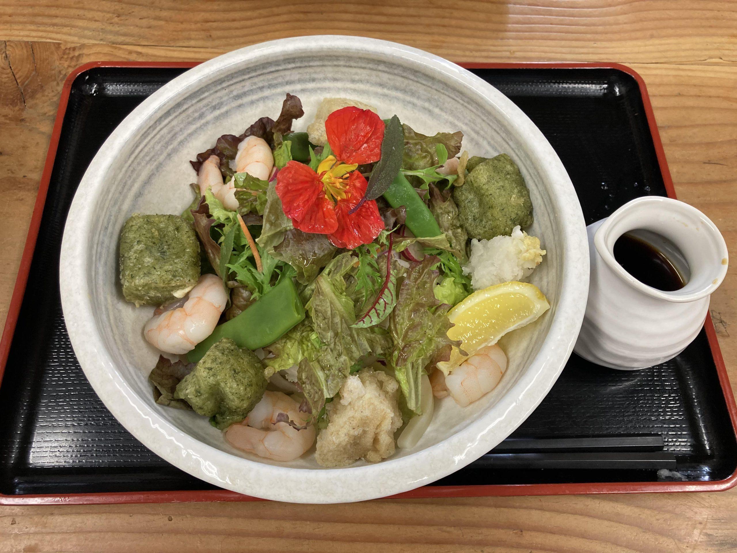 写真:「まえだ農園」のサラダ野菜と海老と二色(玄米・よもぎ)の杵付きモチのぶっかけうどん